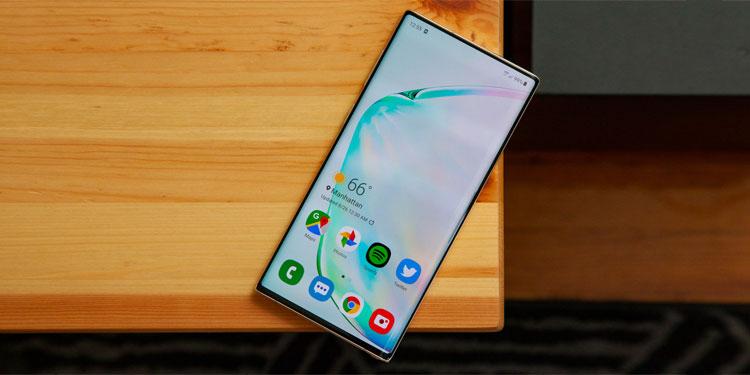 Смартфон Samsung с подэкранной камерой на живом фото